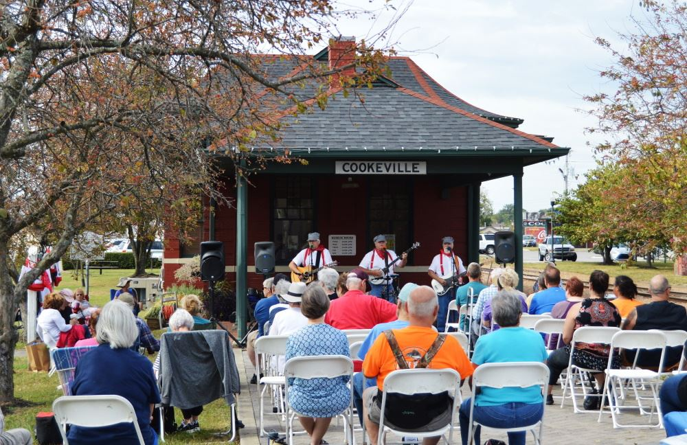 A crowd gathers at the Cookeville Depot for a Brown Bag Lunch Concert.